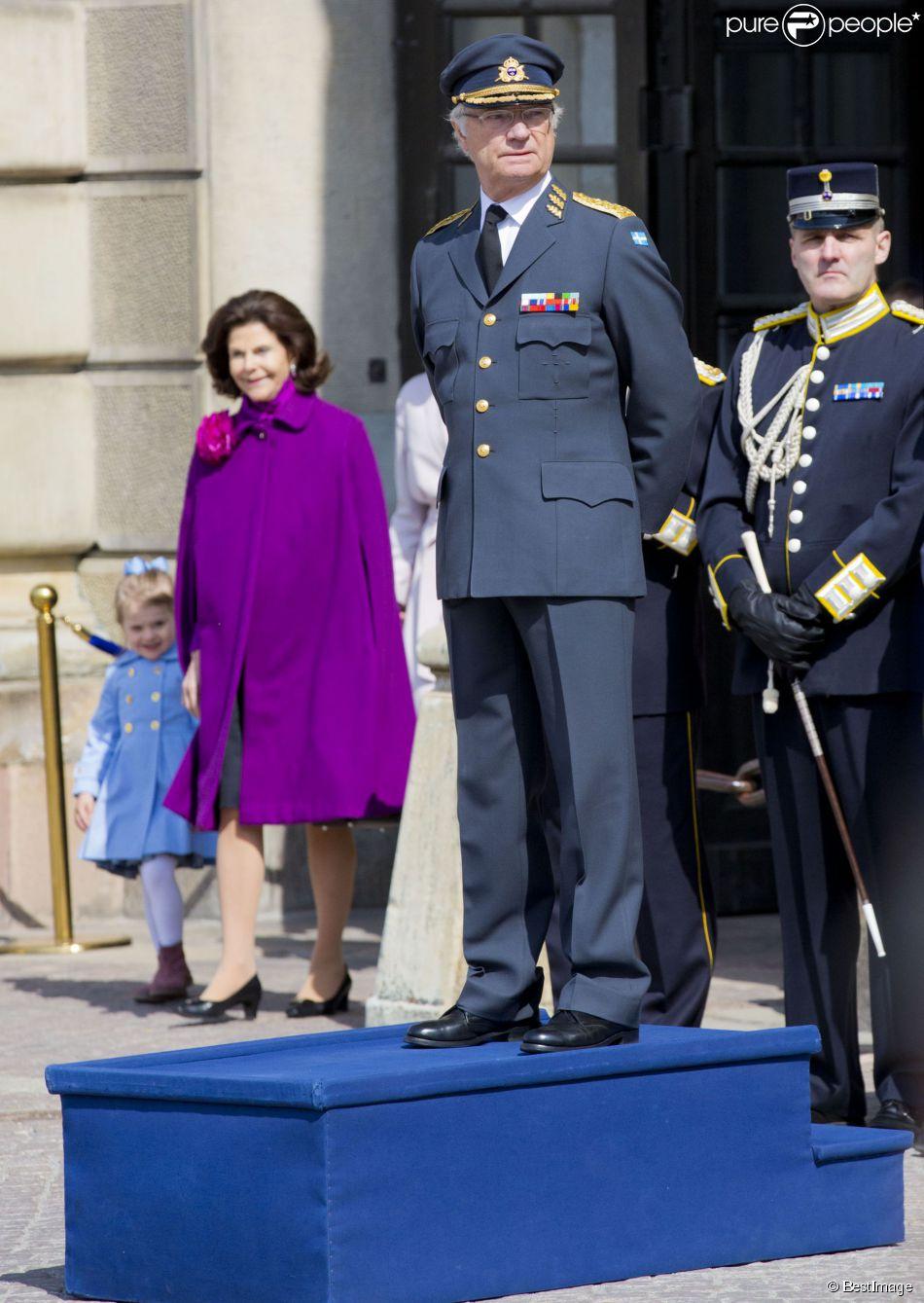 La princesse Estelle et la reine Silvia, en arrière-plan, lors des célébrations traditionnelles du 69e anniversaire du roi Carl XVI Gustaf de Suède, le 30 avril 2015 au palais Drottningholm à Stockholm.
