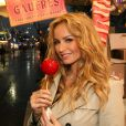 Exclusif - Adriana Karembeu déguste une pomme d'amour à la Foire du Trône à Paris le 30 avril 2015.