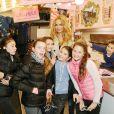 Exclusif - Adriana Karembeu pose en compagnie de quelques fillettes à la Foire du Trône à Paris le 30 avril 2015.