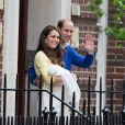 Kate Middleton et le prince William ont présenté leur fille la princesse de Cambridge, le jour de sa naissance, le 2 mai 2015, devant la maternité Lindo, avant de regagner le palais de Kensington.