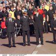 Le duc d'Edimbourg, le prince William, Charles Spencer (9e comte Spencer), le prince Harry et le prince Charles en septembre 1997 aux funérailles de Lady Di.