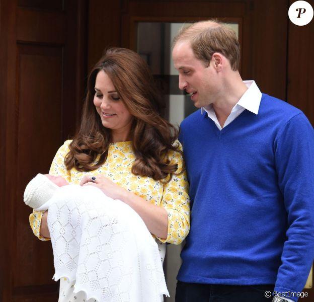 Présentation de la princesse Charlotte Elizabeth Diana, le 2 mai 2015, quelques heures après sa naissance, devant la maternité Lindo de l'hôpital St Mary à Londres.