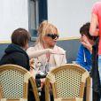 Pamela Anderson et des amis déjeunent à La Conversation, Los Angeles, le 7 avril 2015