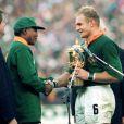 Francois Pienaar et Nelson Mandela après la victoire de l'Afrique du Sud lors de la coupe du monde de rugby, le 24 juin 1995 à Johannesburg