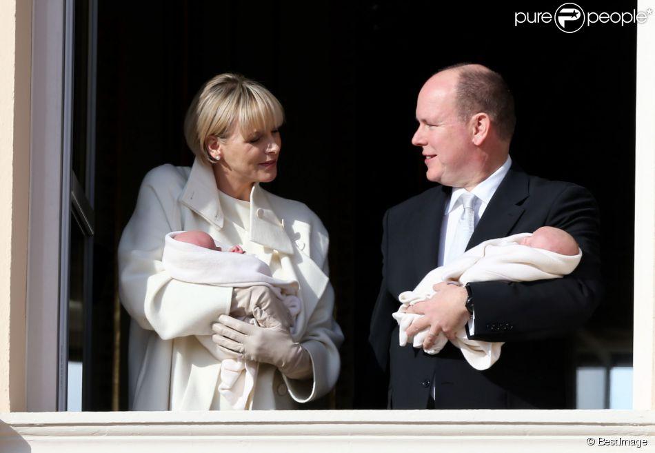La princesse Charlene et le prince Albert II de Monaco lors de la présentation officielle de la princesse Gabriella et du prince héréditaire Jacques, au palais princier, le 7 janvier 2015.