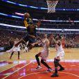 LeBron James face à Joakim Noah et Jimmy Butler lors du match Chicago Bulls - Cleveland Cavaliers. Chicago, le 10 mai 2015.