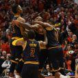 LeBron James, célébré par ses coéquipiers après son shoot victorieux lors du match Chicago Bulls - Cleveland Cavaliers. Chicago, le 10 mai 2015.