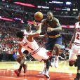 Derrick Rose, LeBron James et Jimmy Butler lors du match Chicago Bulls - Cleveland Cavaliers. Chicago, le 10 mai 2015.