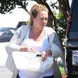 """Haylie Duff, très enceinte, fait du shopping à """"Dunn-Edwards Paint"""" à West Hollywood. Haylie fait beaucoup de grimaces en sortant du magasin. Le 8 avril 2015"""