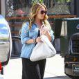 Hilary Duff, son fils Luca, et sa soeur Haylie Duff enceinte sortent du restaurant Granville à Studio City, le 1er mars 2015.