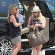 Hilary Duff, sa soeur Haylie et son fils Luca ainsi que leur mère Susan arrivent à l'aéroport de San Cabo pour prendre un vol retour à Los Angeles, le 28 juin 2012