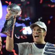 Tom Brady avec le trophée Vince Lombardi après la victoire des New Englands Patriots au Super Bowl au University of Phoenix Stadium à Glendale, le 1er février 2015