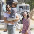 Le producteur Brad Falchuk (nouveau compagnon de Gwyneth Paltrow) se promène avec ses enfants Isabella et Brody dans un centre équestre à Burbank le 5 avril 2015.