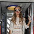 Paris Hilton pose pour les photographes en arrivant à la gare Euston à Londres, en provenance de Liverpool par le train. Le 13 mai 2015
