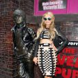 Paris Hilton arrive à la gare de Liverpool. Elle prend le temps de poser avec ses fans et avec une statue! Le 13 ami 2015
