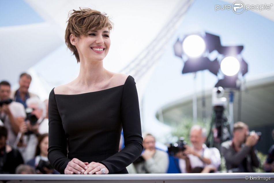 """Louise Bourgoin (portant une  bague double Libellule de la maison Lalique Joaillerie)  - Photocall du film """"Je suis un soldat"""" lors du 68e Festival international du film de Cannes le 20 mai 2015."""