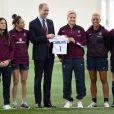 Le prince William rencontrait le 20 mai 2015, après la fin de son congé paternité, l'équipe féminine d'Angleterre de football au centre national de St George's Park, à Burton-upon-Trent dans le Staffordshire. Le duc a reçu en cadeau un maillot pour sa fille la princesse Charlotte de Cambridge, née le 2 mai.