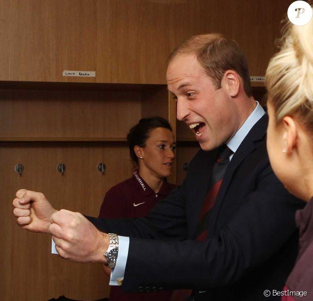 Le prince William rencontrait le 20 mai 2015, après la fin de son congé paternité, l'équipe féminine d'Angleterre de football au centre national de St George's Park, à Burton-upon-Trent dans le Staffordshire. Le duc de Cambridge a reçu en cadeau un maillot pour sa fille la princesse Charlotte de Cambridge, née le 2 mai.