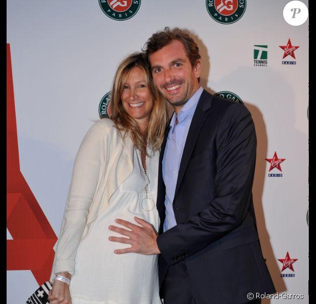 Julien Benneteau et sa compagne Karen, enceinte, lors de la soirée des joueurs de Roland-Garros, le 21 mai 2015 au premier étage de la Tour Eiffel à Paris