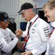 Lewis Hamilton tout sourire avec Dieter Zetsche après sa pole position décroché au Grand Prix de Monaco le 23 mai 2015
