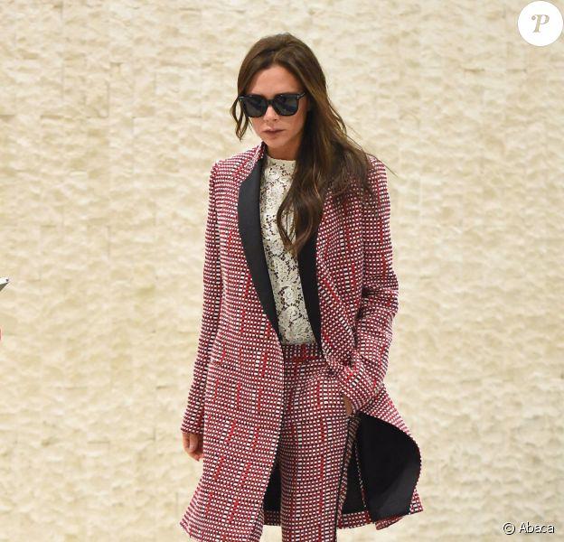 Victoria Beckham arrive à l'aéroport JFK à New York, habillée d'un manteau, d'un top brodé et d'un pantalon Victoria Beckham (pré-collection été 2016). Le 31 mai 2015.