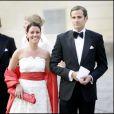 Emma Pernald, alors petite amie du prince Carl Philip de Suède, et Jonas Bergstrom, alors compagnon de la princesse Madeleine, le 29 avril 2006 au palais royal, à Stockholm, pour le 60e anniversaire du roi Carl XVI Gustaf de Suède.