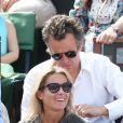 Anne-Sophie Lapix et son mari Arthur Sadoun dans les tribunes de Roland-Garros lors de la finale homme, le 7 juin 2015 à Paris