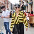Rita Ora pose avec des fans, venus l'attendre à la sortie de studios de radios, où la chanteuse donne des interviews. Londres, le 12 juin 2015