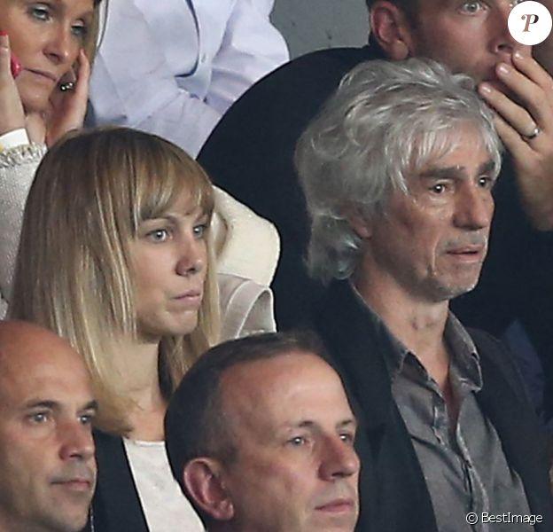 Louis Bertignac et sa compagne Laeticia au match de football entre le PSG et Lyon au Parc des Princes à Paris le 21 septembre 2014.