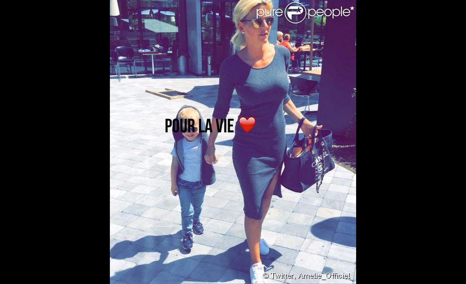 Amélie Neten et son fils Hugo (3 ans). La maman a répondu aux rumeurs qui disaient qu'elle avait perdu la garde de son enfant. Juin 2015.
