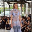 Candice Swanepoel - Défilé de mode masculine Givenchy printemps-été 2016 à la Halle aux Chevaux à Paris le 26 juin 2015.