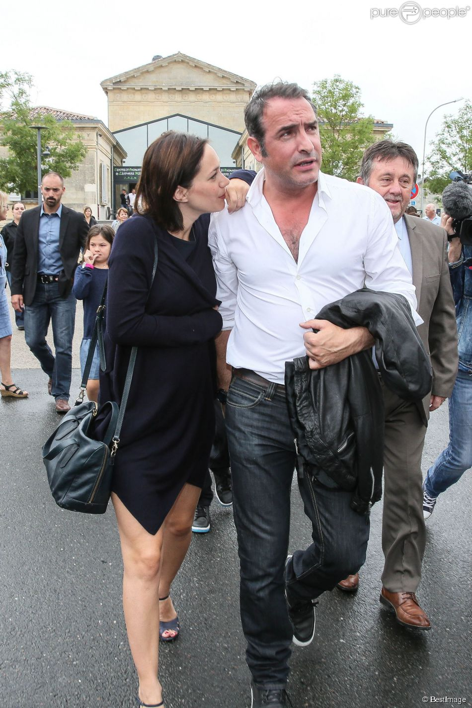 Jean dujardin honor devant sa ch rie nathalie p chalat for Jean dujardin parents