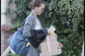 REPORTAGE PHOTOS : Jessica Alba, invitez-la à diner... elle vient les bras chargés de cadeaux !