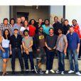 Johnny Hallyday entouré de toute l'équipe de sa tournée dont son manager Sébastien Farran et son directeur musical Yarol Poupaud. À Los Angeles, juin 2015.