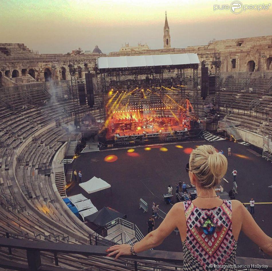 Laeticia Hallyday assiste aux dernières répétitions de Johnny dans les arène de Nîmes, le 1er juillet 2015.