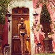 Laeticia Hallyday en maillot de bain dans l'hôtel 4 étoiles qu'elle occupe avec Johnny, les Jardins secrets à Nîmes, juillet 2015.