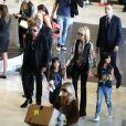 Johnny Hallyday, Laeticia, Jade, Joy et Elyette Boudou, la grand-mère de Laeticia, arrivent à l'aéroport Paris Charles de Gaulle le 26 juin 2015.