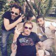 Quelques heures avant de monter sur scène aux arènes de Nîmes, Johnny Hallyday se détend à son hôtel avec ses amis Christophe Maé et Maxim Nucci. À Nîmes, le 2 juillet 2015.
