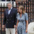 Carole et Michael Middleton le 23 juillet 2013 à Londres, à la sortie de la maternité de l'hôpital St Mary après la naissance du prince George.