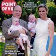 Le prince Albert II et la princesse Charlene de Monaco avec les jumeaux Gabriella et Jacques dans les bras lors d'une rencontre avec le magazine Point de Vue en juin 2015, dans la perspective du dixième anniversaire de l'avènement du souverain monégasque.