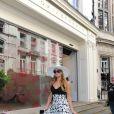 Les soeurs Hilton, Paris et Nicky, passent à la boutique de Victoria Beckham à Londres le 9 juillet 2015.
