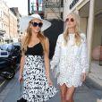Les soeurs Hilton, Paris et Nicky, passent à la boutique de Victoria Beckham à Londres le 9 juillet 2015