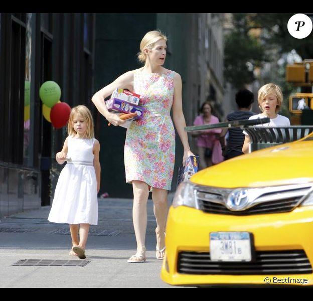 Exclusif : L'actrice américaine Kelly Rutherford avec ses enfants Helena et Hermes  font des courses dans un magasin de jouets avant de revenir à leur immeuble à New York le 5 Juillet 2015. Après 3 ans de lutte, l'actrice Kelly Rutherford a enfin retrouvé ses enfants. Elle a obtenu de passer l'été avec eux aux États-Unis. Pour Kelly Rutherford, l'attente est désormais terminée. Daniel Giersch, son ex-mari, avait obtenu la garde en 2012 et les avait emmenés vivre avec lui à Monaco. En mai dernier, la justice américaine était revenue sur cette décision. Kelly Rutherford avait alors obtenu la garde exclusive, de Hermes, 8 ans et Helena, 5 ans. Daniel Giersch était lui accusé de n'avoir pas respecté ses obligations en matière de garde en empêchant leur mère de les voir.#