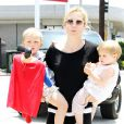 Kelly Rutherford et ses enfants Helena Grace Giersch et Hermés Gustaf Daniel Giersch dans les rues de Beverly Hills, le 26 juin 2010