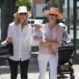 Kelly Rutherford avec sa fille Helena et sa soeur, dans les rues de Beverly Hills, le 5 juin 2010