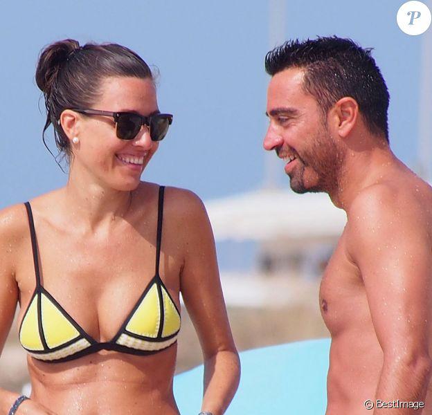 Le footballeur espagnol Xavi et sa femme Nuria Cunillera en vacances à Ibiza en Espagne le 18 juillet 2015.