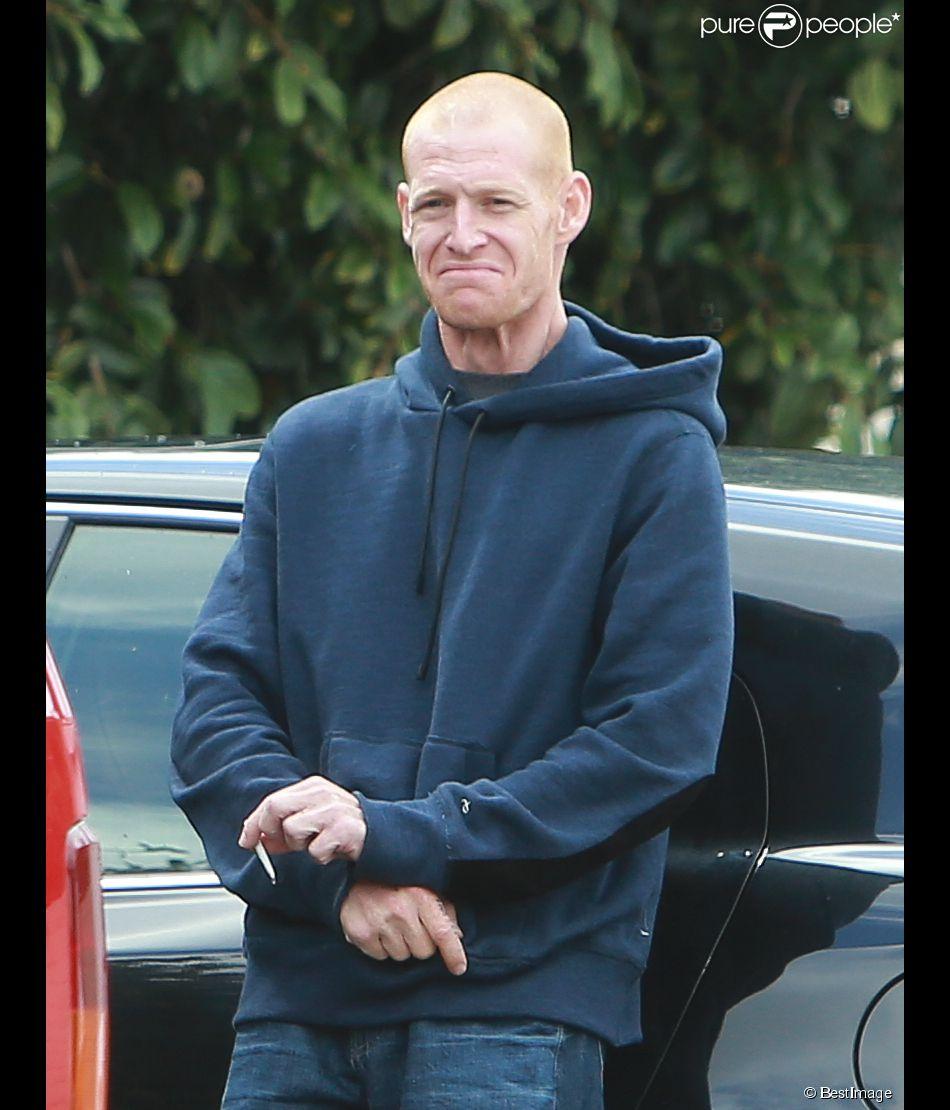 Exclusif - Redmond O'Neal (fils de Ryan O'Neal et de Farrah Fawcett décédée en 2009) semble très amaigri aux cotés d'une amie qui transporte un emballage de poudre sur un parking à Los Angeles le 14 mai 2015.