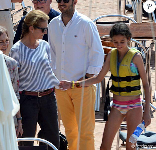 Victoria de Marichalar avec sa maman Elena d'Espagne lors de son cours à l'école de voile Calanova à Palma de Majorque le 29 juillet 2015.