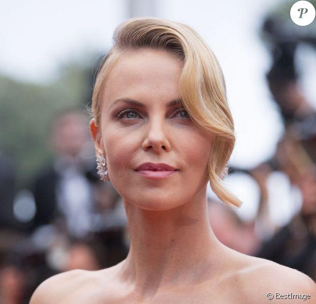 """Charlize Theron - Montée des marches du film """"Mad Max : Fury Road"""" lors du 68e Festival International du Film de Cannes, à Cannes le 14 mai 2015."""