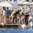 Semi-Exclusif - Seal et sa nouvelle compagne Erica Packer, très amoureux, quittent leur yacht pour rejoindre la terre ferme lors de leurs vacances à Ibiza, le 3 août 2015.